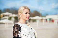 Portret piękna młoda kobieta z blondynami zdjęcia royalty free