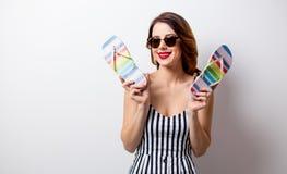 Portret piękna młoda kobieta z sandałami Zdjęcie Royalty Free