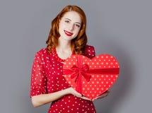 Portret piękna młoda kobieta z sercem kształtował prezent na Obraz Royalty Free