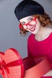 Portret piękna młoda kobieta z sercem kształtował prezent na Obrazy Stock