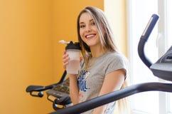 Portret piękna młoda kobieta z sport butelki wodą Obrazy Royalty Free