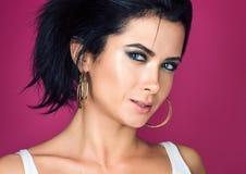 Portret piękna młoda kobieta z zmysłowym spojrzeniem w białej koszulce zdjęcia stock