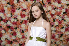 Portret piękna młoda mała dziewczynka w białej todze fotografia stock