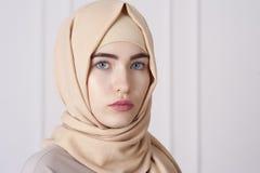 Portret piękna młoda Muzułmańska kobieta jest ubranym hijab na jej głowie obrazy royalty free