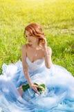 Portret piękna młoda panna młoda pozuje w ogródzie w błękit sukni lub parku outdoors na jaskrawego słonecznego dnia zielonej traw Zdjęcia Stock