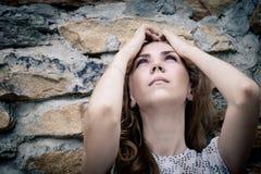 Portret piękna młoda smutna dziewczyna outdoors Zdjęcia Royalty Free