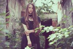 Portret piękna młoda smutna goth dziewczyna w zaniechany starym zdjęcie stock