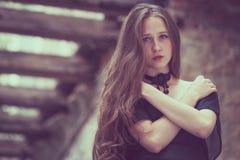Portret piękna młoda smutna goth dziewczyna w zaniechany starym zdjęcia royalty free