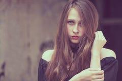 Portret piękna młoda smutna goth dziewczyna w zaniechany starym obraz royalty free