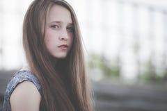 Portret piękna młoda smutna modniś dziewczyna outdoors Zdjęcie Royalty Free