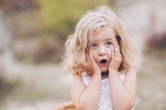Portret piękna młoda szczęśliwa dziewczyna zdjęcia stock