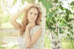 Portret piękna młoda szczęśliwa dziewczyna outdoors Zdjęcia Stock
