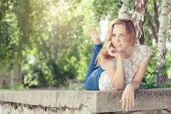 Portret piękna młoda szczęśliwa dziewczyna outdoors zdjęcie royalty free