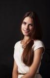 Portret piękna młoda uśmiechnięta dziewczyna w jaskrawej sukni Zdjęcia Stock