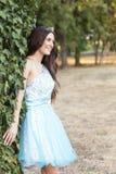 Portret piękna młoda uśmiechnięta dziewczyna w sukni z cro zdjęcie stock