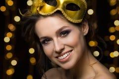 Portret piękna młoda uśmiechnięta kobieta jest ubranym złotego przyjęcia m Obrazy Stock
