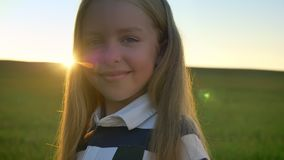 Portret piękna mała dziewczynka ono uśmiecha się przy kamerą z blondynka włosy, pole z zmierzchem w tle, szczęśliwy i radosny zbiory wideo