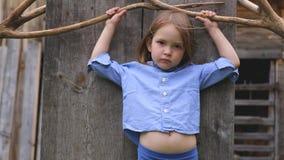 Portret piękna mała dziewczynka w błękitów ubrań pozować zdjęcie wideo