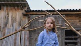Portret piękna mała dziewczynka w błękitny elegancki koszulowy pozować zbiory wideo