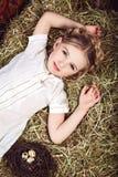 Portret piękna mała dziewczynka w biel sukni Fotografia Stock