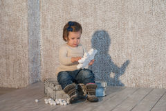 Portret piękna mała dziewczynka w zimie odziewa, dziecko, styl życia, dzieciństwo, radość Zdjęcia Stock