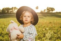 Portret piękna mała dziewczynka z kapeluszem Śmieszni obrazki dzieci obrazy stock