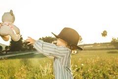 Portret piękna mała dziewczynka z kapeluszem Śmieszni obrazki dzieci obraz stock