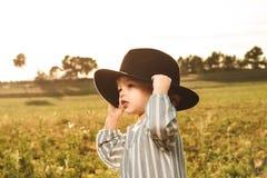 Portret piękna mała dziewczynka z kapeluszem Śmieszni obrazki dzieci fotografia stock