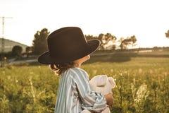 Portret piękna mała dziewczynka z kapeluszem Śmieszni obrazki dzieci zdjęcie stock