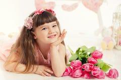 Portret piękna mała dziewczynka z kwiatami Zdjęcie Stock