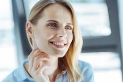 Portret piękna marzycielska jasnogłowa kobieta zdjęcia stock