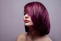 Portret piękna moda modela kobieta z krótkim purpurowym colo zdjęcie stock