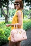 Portret Piękna modna caucasian brunetki kobieta z okularami przeciwsłonecznymi i luksusowym snakeskin pytonu torebki pozować Fotografia Royalty Free