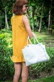 Portret Piękna modna caucasian brunetki kobieta z okularami przeciwsłonecznymi i luksusowym snakeskin pytonu torebki pozować Obrazy Royalty Free