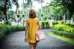 Portret Piękna modna caucasian brunetki kobieta z okularami przeciwsłonecznymi i luksusowym snakeskin pytonu torebki pozować Obraz Royalty Free