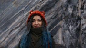 Portret piękna modniś dziewczyna na tle skaliste falezy Farbujący włosy, błękit, długi zbiory