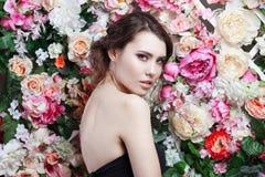 Portret piękna mody dziewczyna, cukierki, zmysłowy Piękny makeup i upaćkana romantyczna fryzura banner tła kwiaty form różowego s Zdjęcie Stock