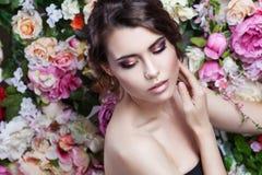 Portret piękna mody dziewczyna, cukierki, zmysłowy Piękny makeup i upaćkana romantyczna fryzura banner tła kwiaty form różowego s Obrazy Stock