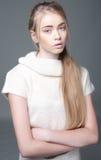 Portret piękna nastolatek dziewczyna z długie włosy Zdjęcia Stock