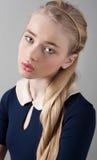 Portret piękna nastolatek dziewczyna z uczciwą skórą w studiu Obrazy Stock