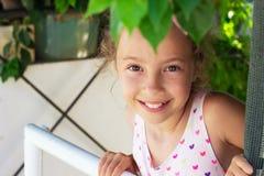 Portret piękna nastoletnia dziewczyna ono uśmiecha się przy ogródem Szczęśliwy chi Fotografia Stock