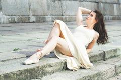 Portret piękna nowożytna balerina outdoors obraz stock