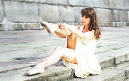 Portret piękna nowożytna balerina outdoors zdjęcia stock