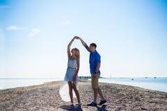 Portret piękna para w miłości tanczy na plaży obrazy royalty free