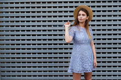 Portret piękna pełen wdzięku kobieta w eleganckim kapeluszu i błękit koronka ubieramy piękna pojęcia mody ikony ustalona sylwetki Obrazy Stock