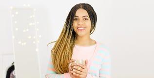 Portret piękna pozytywna amerykanin afrykańskiego pochodzenia kobiety pozycja z filiżanką coffe lub herbata zdjęcie stock