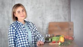 Portret piękna przypadkowa dziewczyna pozuje przy nowożytną kuchnią podczas kulinarnego środka w górę zbiory