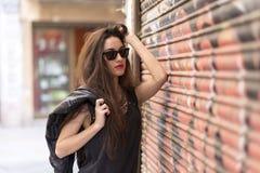 Portret piękna przypadkowa kobieta z okularami przeciwsłonecznymi, rockstyle Zdjęcia Royalty Free