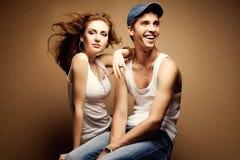 Portret piękna przypadkowa para w cajgach zdjęcie royalty free