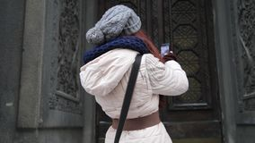 Portret piękna radosna turystyczna kobieta trzyma smartphone i bierze selfies ona podczas gdy na wakacje zbiory wideo